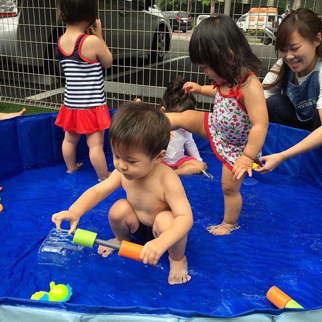 梅雨の晴れ間のプール遊び♪冷たくて気持ちが良いねバシャン︎バシャン︎足をバタバタさせたり、魚やカニのおもちゃで遊ぶのか楽しいね#プール遊び#水遊び#企業主導型保育園#栗林町#子ども元気