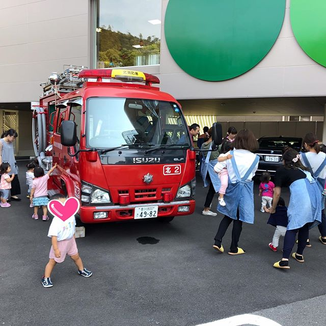 今日は避難訓練がありました!なんと!!消防士さんが来てくれて非難の指導や先生達は消火器の使い方を教えてもらいましたよ♀️その後は消防車に乗ったり触らせてもらったりと間近で見る消防車に子どもたちは大興奮♬ 消防士さんありがとうございました#栗林#高松市#高松北消防署#消防士さん#消防車#避難訓練