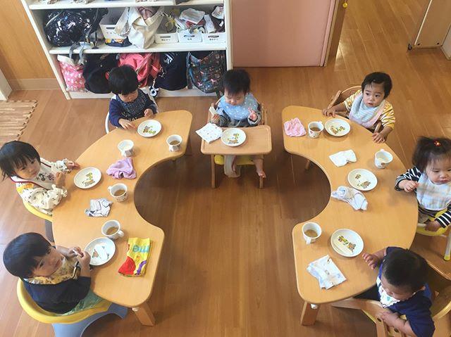 0歳児さん、久々に全員集合しました️仲良くおやつを食べました! 今日は、ハワイアンリトミックでした🤙バルーン大人気でっす🥴︎楽しかったね〜♡ #みどり栗林公園保育園#ハワイアンリトミック#0歳児