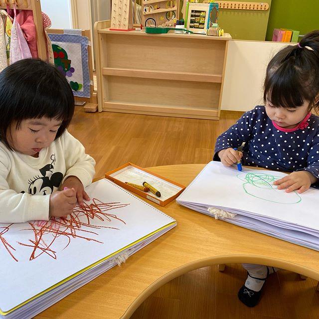 1歳児の子どもたちはお絵かきをしました。「いえを描く︎」「おじいちゃんおばあちゃん描く︎」と描きたいものをイメージして描こうとする子もいました。0歳児の子どもたちはままごと遊び♡ジャージャーと野菜を洗う真似をしていましたよ。こんなに小さくてもお母さんの様子をよく見ていますね#企業主導型保育園#お絵かき#ままごと遊び#室内遊び